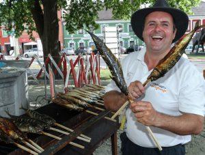Steckerlfisch jeden Freitag am Perger Wochenmarkt.