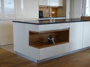 Küchenzeile; im Hintergrund Verbau des Eingangs zur Speisekammer