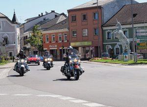 Motorräder am Hauptplatz Perg