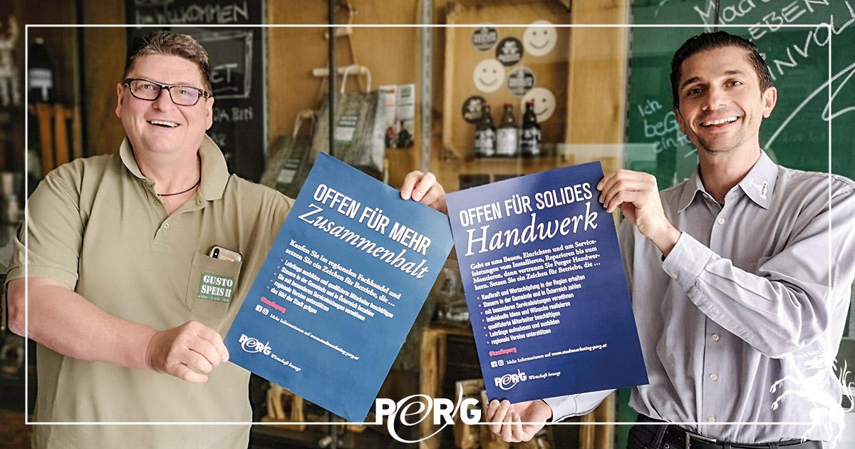 Alfred Ebenhofer und Wolfgang Lettner zeigen Kampagnen-Plakate von