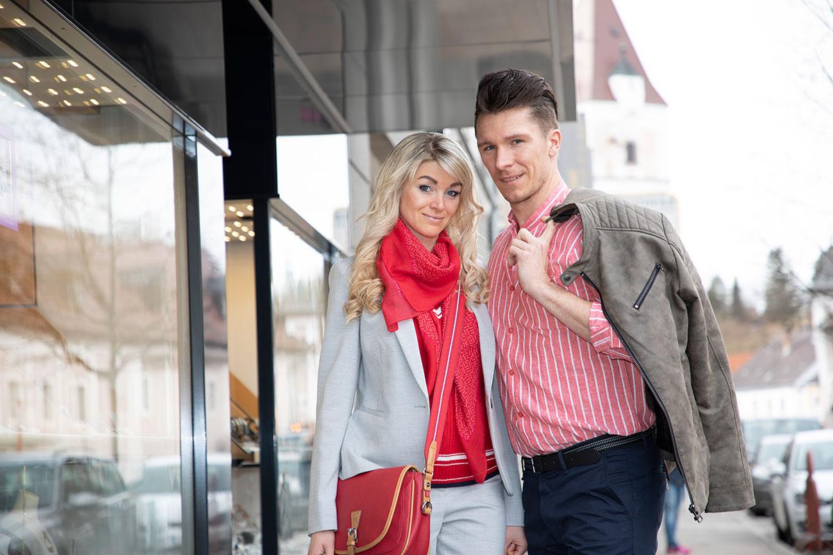 Perg Models Katharina und Bernhard beim Einkaufsen in Perg