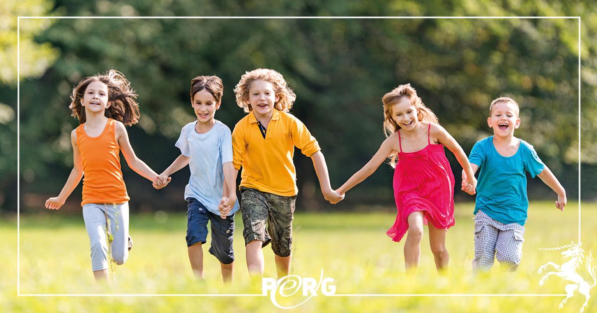 Kinder laufen in Wiese