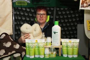 Wochenmarkt_Stübl Schafwolle_frau präsentiert Wollprodukte